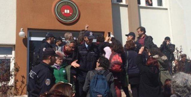 Başsavcı talimat verdi,  polis davayı izlemek isteyen kadınları darp etti!