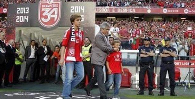 Benfica şampiyonluk kupasını,  polisten şiddet gören taraftarın çocukları kaldırdı