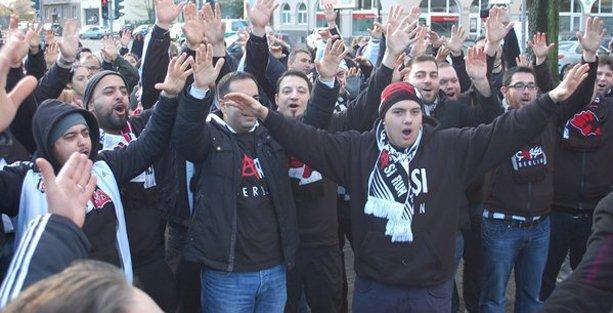 Beşiktaş-Çarşı taraftarları 'Kurabiye Tayyip' sloganlarıyla Köln'ü inletti