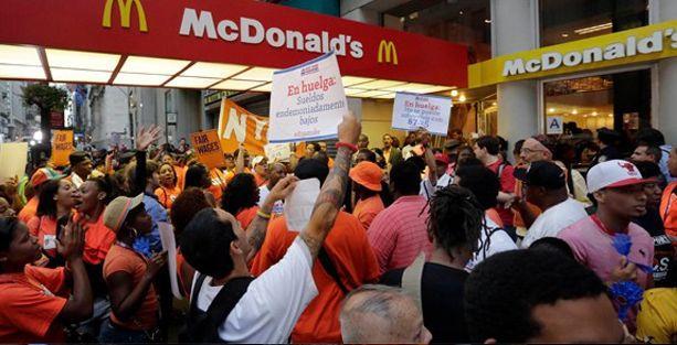 Binlerce fast food çalışanı greve gitti