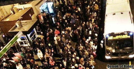 Binlerce kişi metrobüs bekliyor