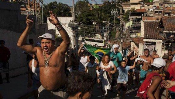 Brezilya'da 10 yaşındaki çocuğun polis kurşunuyla ölmesi halkı sokaklara döktü