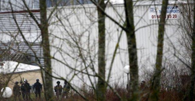 Charlie Hebdo saldırısının zanlılarına kuşatma sürüyor