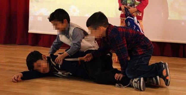 Çocukların sahnesinde 'kesim' oyunu