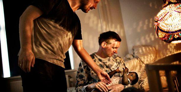 Danimarka'da ilk kez, bir eşcinsel çift evlat edindi