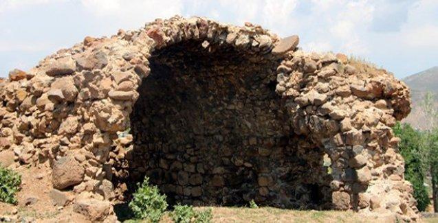 Defineciler tarihi Ermeni kilisesini tahrip etti
