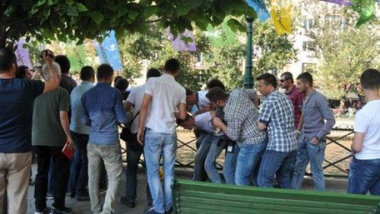 Demirtaş'ın afişini asanlara bıçaklı saldırı!