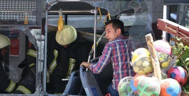 Denizli'de belediye otobüsü markete girdi