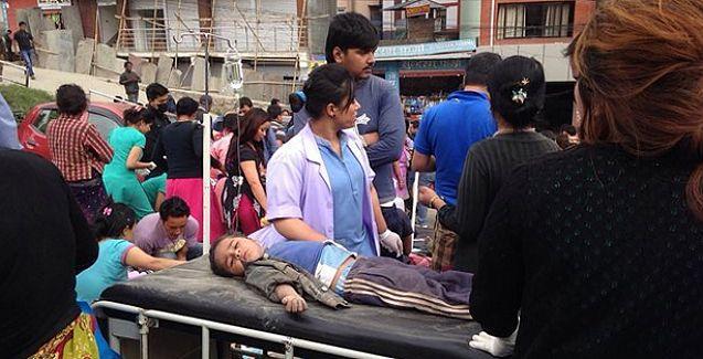 Nepal'de hastanede yaralılar viskiyle temizleniyor