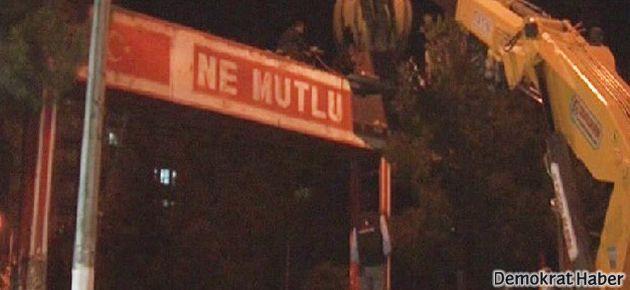 Diyarbakır'da 'Ne Mutlu Türküm Diyene' levhası kaldırıldı