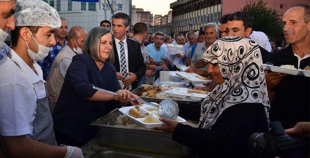 Diyarbakır'da dün saldırıya uğrayan iftar çadırı bugün meydana taştı