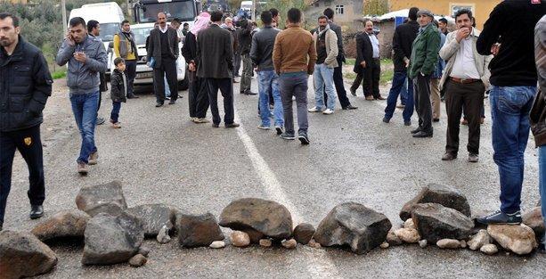Elektrikleri 12 gündür kesik olan köylüler Şırnak-Cizre yolunu kapadı