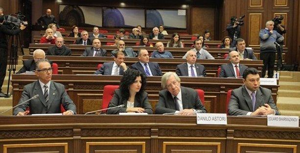 Ermenistan Meclisi'nde 'soykırımsız bir dünya' konuşuldu