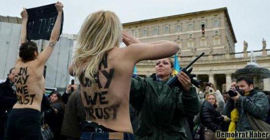 Femen eylemi: Papa'nın duası sırasında soyundular