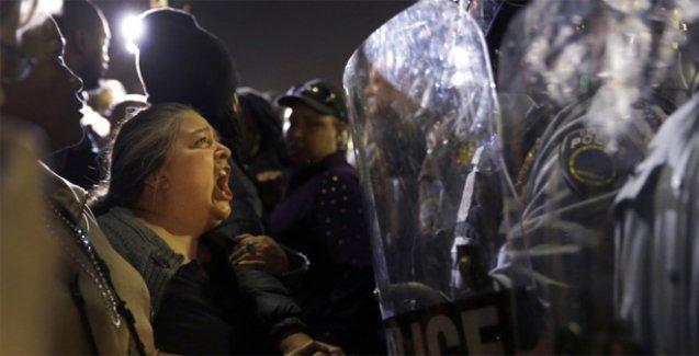 Ferguson'da olaylar yeniden başladı: Emniyet müdürü istifa etti, 2 polis vuruldu