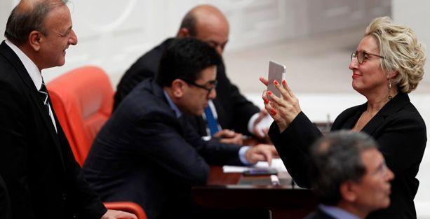 Melda Onur fezlekeleri meclisten canlı yayınladı