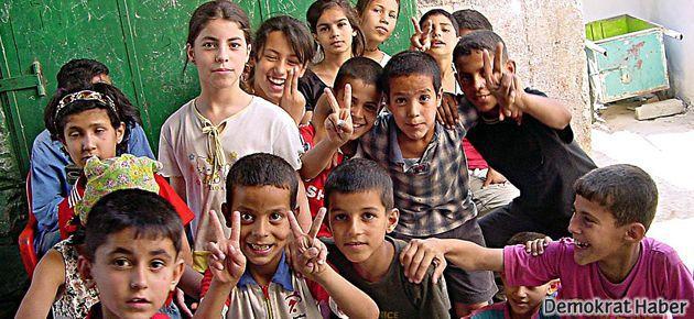 Filistinli çocuklar birlikte taş atabilir ama okuyamaz!