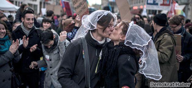 Fransa'da eşcinsel evlilik yasalaştı