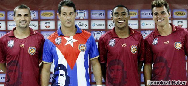 Futbol takımının formasında Che fotoğrafı