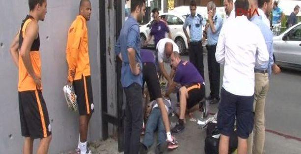 Foto muhabir Galatasaray tesisinde demir kapıya sıkıştı!