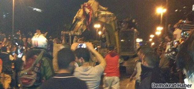 Göstericiler dozeri ele geçirdi, TOMA'yı kovaladı