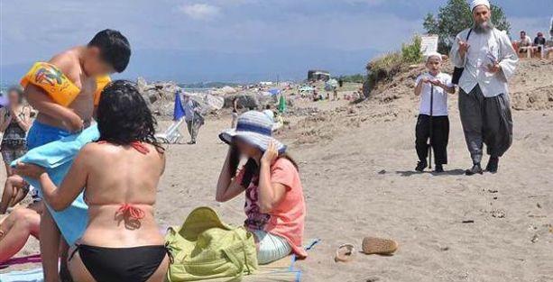 Halk plajında kadınlara 'kapanın' telkini!