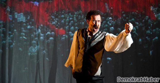 'Hasretinden Prangalar Eskittim' tiyatro sahnesinde