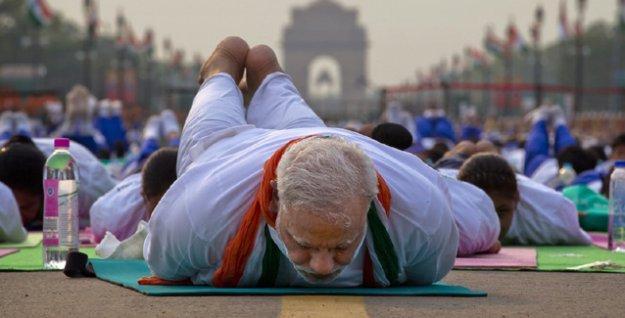 Hindistan Başbakanı binlerce kişiyle birlikte yoga yaptı
