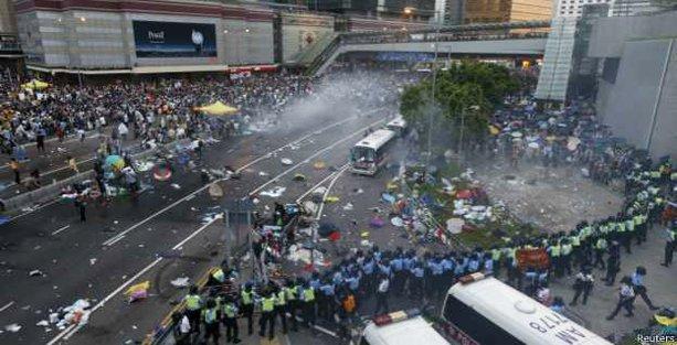 Hong Kong'ta onbinler demokrasi için meydanlarda