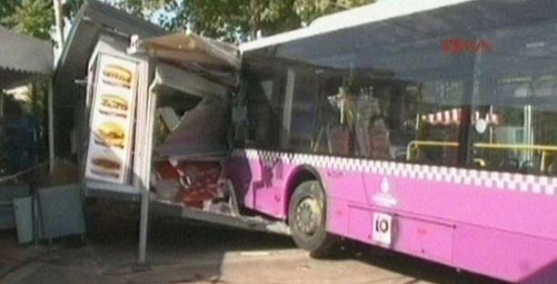 İETT otobüsü iskeleye çarptı: Vapur seferleri iptal edildi