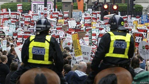 İngiltere'de on binler 'kemer sıkmaya hayır' dedi