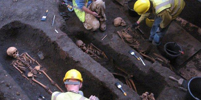 İngiltere'de Ortaçağ mezarlığına rastlandı; 1300 iskelet bulundu