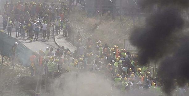İnşaat işçileri çalışma koşullarını protesto etti, yolu trafiğe kapattı