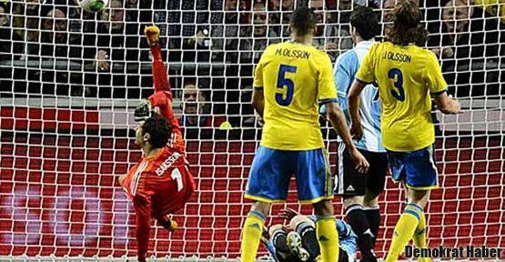 Isaksson, Messi'nin şutunu röveşata ile kurtardı