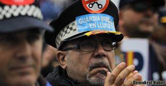 İspanya'daki protestolara polis de katıldı
