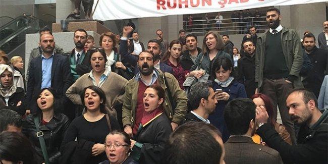 İstanbul Adliyesi'nde polis avukatlara saldırdı: 1 avukat yaralandı, gözaltılar var