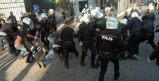 İstanbul Üniversitesi'nde eli sopalı 28 'müslüman öğrenci' gözaltına alındı