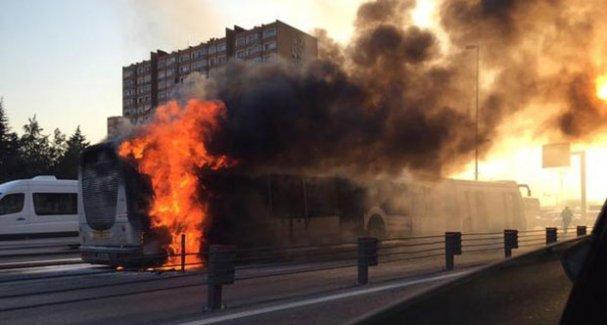 İstanbul'da bir metrobüs yandı, seferler durdu