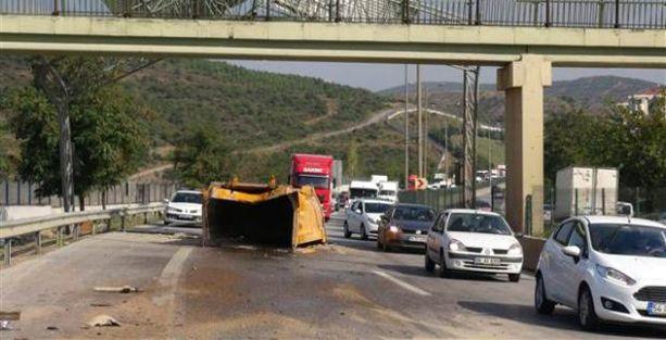 İstanbul'da yine damper kazası: Kasası açılan kamyon üst geçide çarptı