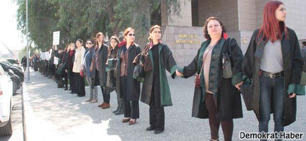 İzmir'de hukukçulardan 'adalet zinciri'