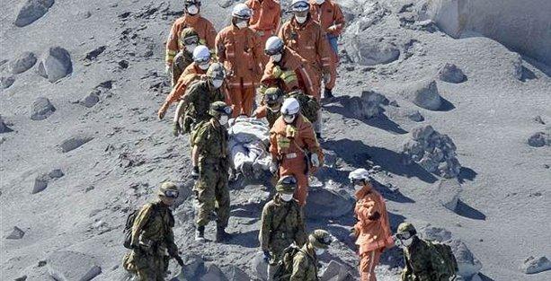Japonya'da volkan patlaması: 30 dağcı öldü