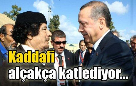 Kaddafi alçakça katlediyor…