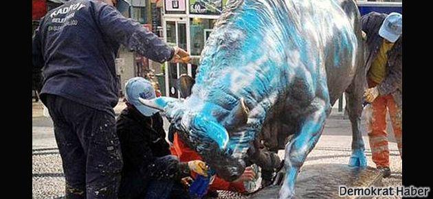 Kadıköy'ün boğası Lazio renklerine boyandı