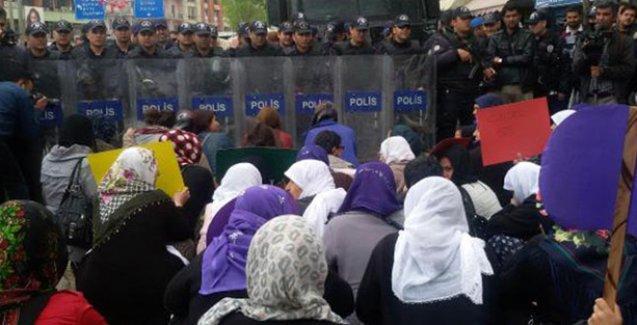 Kadın cineyetlerini protesto etmek isyeteyen kadınlara polis barikatı