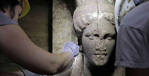 Kadın heykellerin koruduğu mezarlar