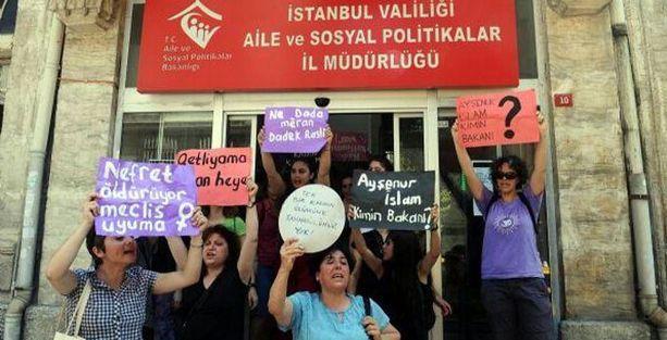Kadınlar, Aile Bakanlığı binasını işgal etti
