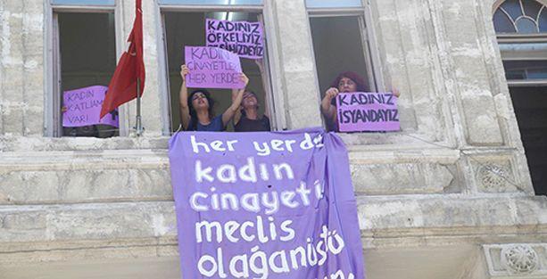 Kadınlar, kadın katliamlarına karşı Aile Bakanlığı'nı işgal etti