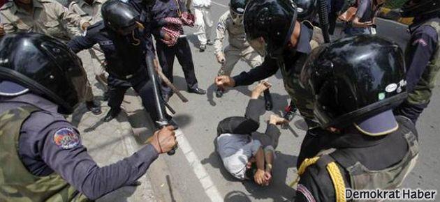 Kamboçya'da da yasak ve polis şiddeti vardı