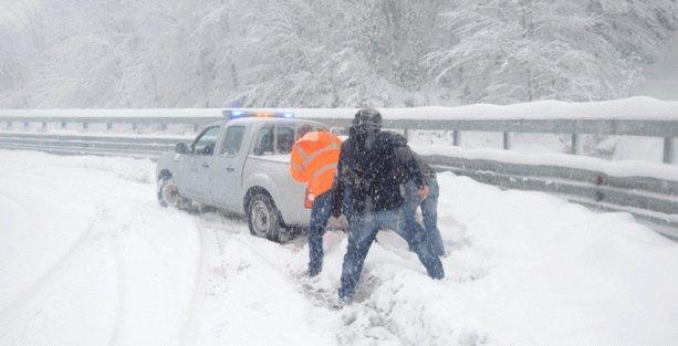 Kar şiddetlenerek artıyor, Bolu yolu kapandı