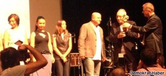 Kardeş Türküler'e Barış Ödülü'nü Yaşar Kemal verdi